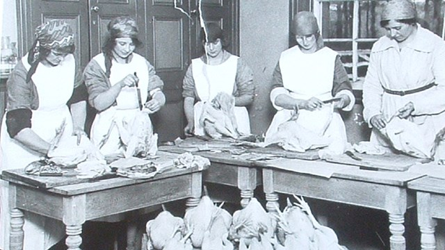 POULTRY STUDENTS c1940.jpg